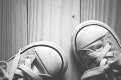 Espadrilles de fille d'enfant sur un en bois Image stock