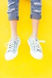 Espadrilles de jambes sur le fond jaune, mode de mode de vie Photo libre de droits