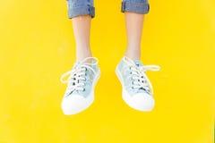 Espadrilles de jambes sur le fond jaune, mode de mode de vie Image libre de droits