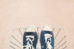 Espadrilles de jeans dans le panier Photo stock