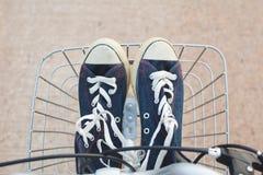 Espadrilles de jeans dans le panier Photo libre de droits