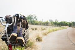 Espadrilles de jeans sur la bicyclette, voyage de concept Photo libre de droits