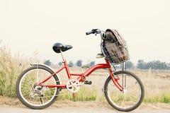 Espadrilles de jeans sur la bicyclette, voyage de concept Photographie stock