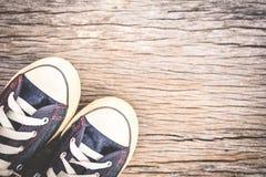 Espadrilles de jeans sur le vieil espace en bois de fond et de copie Photo stock