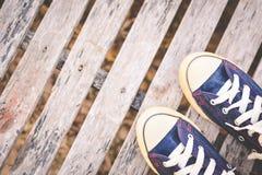 Espadrilles de jeans sur le vieux fond en bois Photo libre de droits