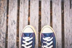 Espadrilles de jeans sur le vieux fond en bois Photographie stock