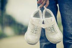 Espadrilles de la jeunesse sur des jambes de fille sur la route Image libre de droits