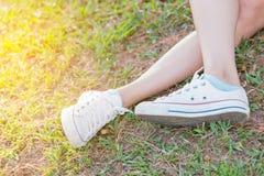 Espadrilles de la jeunesse sur l'herbe Image libre de droits