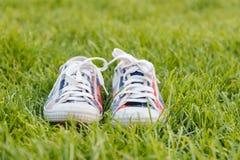Espadrilles de la jeunesse sur l'herbe Sunny Serene Summer Day Photo libre de droits