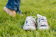Espadrilles de la jeunesse sur l'herbe Sunny Serene Summer Day Photographie stock
