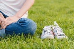 Espadrilles de la jeunesse sur l'herbe Sunny Serene Summer Day Images libres de droits
