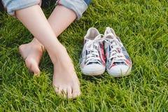 Espadrilles de la jeunesse sur l'herbe Sunny Serene Summer Day Photos libres de droits