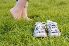 Espadrilles de la jeunesse sur l'herbe Sunny Serene Summer Day Image stock