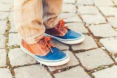 Espadrilles de mode sur les pieds de l'enfant Photo stock