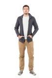 Espadrilles de port et chandail de jeune homme occasionnel sérieux avec des mains dans des poches Photographie stock