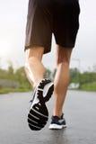 Espadrilles de port et shorts de coureur Images stock