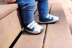 Espadrilles de port de garçon d'enfant en bas âge dehors Image libre de droits