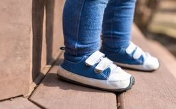 Espadrilles de port de garçon d'enfant en bas âge dehors Photo stock