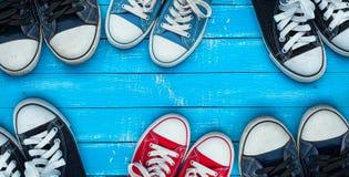 Espadrilles de port sur une surface en bois bleue, vue supérieure Photo libre de droits