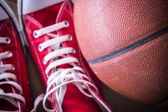Espadrilles de sport et boule de panier Photo libre de droits