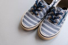 Espadrilles de textile de brun du ` s d'enfant espadrilles de bébé sur le fond gris Vue supérieure d'une paire de chaussures avec Photos stock