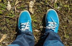 Espadrilles de toile avec des jeans Photos libres de droits