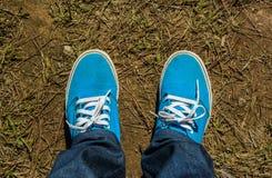 Espadrilles de toile avec des jeans Photo libre de droits