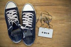 Espadrilles de toile de denim avec le style audio de vintage d'enregistreur à cassettes Photo stock