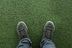 Espadrilles de toile sur l'herbe Image libre de droits