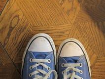 Espadrilles de toile sur le plancher en bois géométrique Images stock