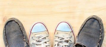 Espadrilles deux couples sur le plancher en bois Image libre de droits