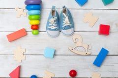 Espadrilles du ` s d'enfants et jouets éducatifs en bois sur un dos en bois Photo libre de droits