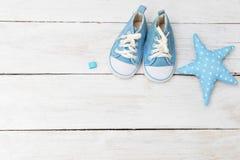 Espadrilles du ` s d'enfants pour un garçon de couleur bleue et un jouet fabriqué à la main Photo libre de droits