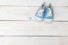 Espadrilles du ` s d'enfants pour un garçon de couleur bleue Maquette Image libre de droits
