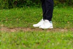Espadrilles du ` s d'hommes sur leurs pieds dans l'herbe Photos stock