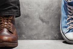 espadrilles du ` s de chaussures et de femmes du ` s d'hommes sur un mur de fond Photo libre de droits