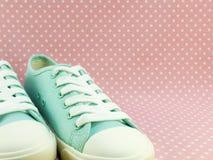 Espadrilles en bon état vertes pour la dame avec le fond rose de point de polka Photographie stock libre de droits