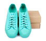 Espadrilles en caoutchouc de turquoise avec la boîte, chaussures occasionnelles d'isolement sur le fond blanc Photo libre de droits