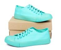 Espadrilles en caoutchouc de turquoise avec la boîte, chaussures occasionnelles d'isolement sur le fond blanc Images stock