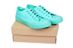 Espadrilles en caoutchouc de turquoise avec la boîte, chaussures occasionnelles d'isolement sur le fond blanc Image libre de droits