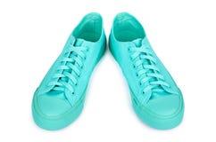 Espadrilles en caoutchouc de turquoise, chaussures occasionnelles d'isolement sur le fond blanc Images libres de droits