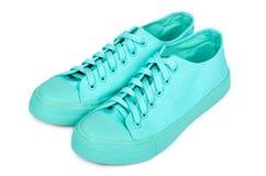 Espadrilles en caoutchouc de turquoise, chaussures occasionnelles d'isolement sur le fond blanc Image libre de droits