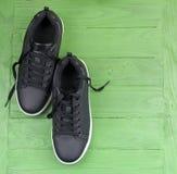 Espadrilles en cuir noires avec des dentelles Images stock