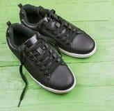 Espadrilles en cuir noires avec des dentelles Image stock