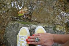 Espadrilles en gros plan du ` s de femmes et sa main avec l'anneau, le concept du tourisme, le voyage et les loisirs Images libres de droits
