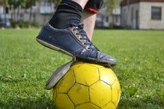 Espadrilles en lambeaux avec du ballon de football Image libre de droits