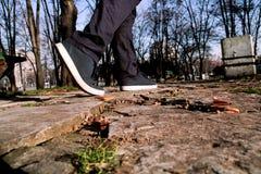 Espadrilles en parc et traînées de marche de frapper du pied Photos stock