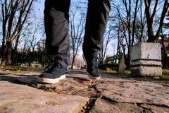 Espadrilles en parc et traînées de marche de frapper du pied Photo libre de droits