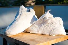 Espadrilles enveloppées en papier de soie de soie, Images stock