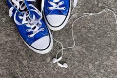 Espadrilles et écouteurs Images libres de droits